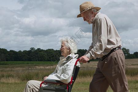 推轮椅的老人图片