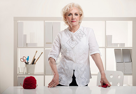 桌上有毛线的老太太图片