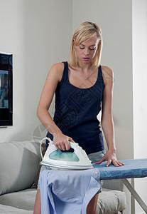 女人在熨烫衬衫图片