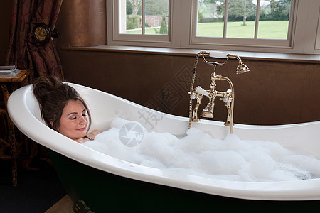 在豪华浴室放松的女人图片
