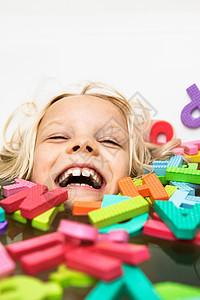笑着玩泡沫字母的孩子图片