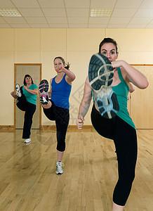 女子在做有氧踢腿运动图片