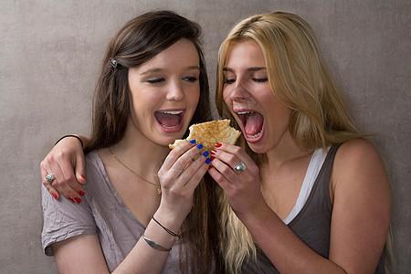 青少年朋友分享三明治图片