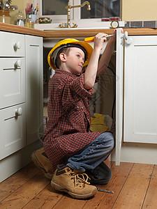 打扮成修理工的男孩图片