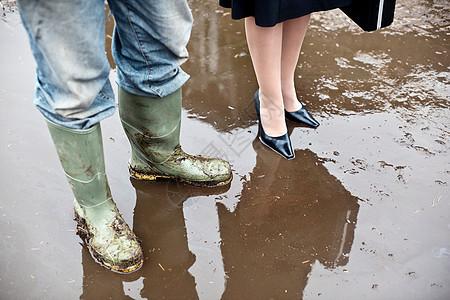 在泥泞中的女商人与农夫图片