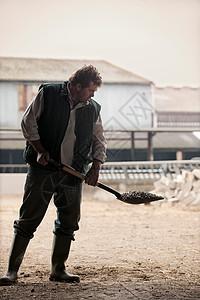 农民铲动物饲料图片