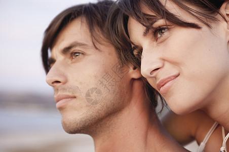在海滩上欣赏日落的夫妇图片