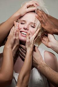 女人被许多手触摸图片