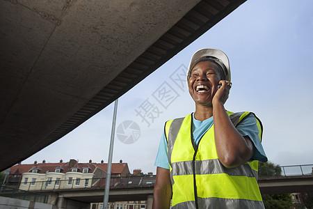 女建筑工人在打电话图片