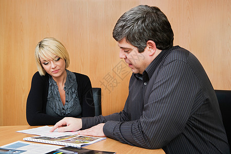 与同事讨论工作的人图片