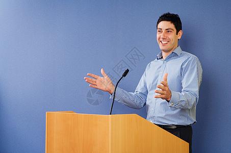 在讲台上讲话的人图片