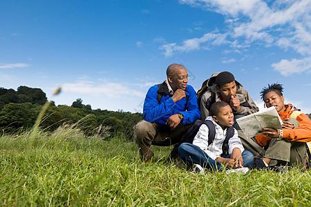 家庭远足看地图图片