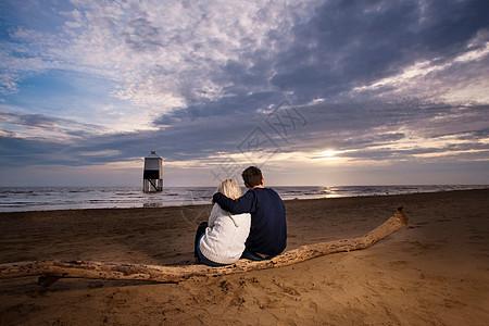 在海滩上看日落的夫妇图片