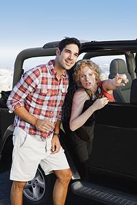 吉普车上的女人给男人指路图片