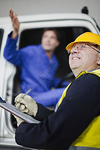卡车司机与工人交谈图片