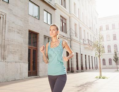 在城市街道跑步的女人图片