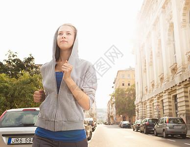 在城市街道跑步图片