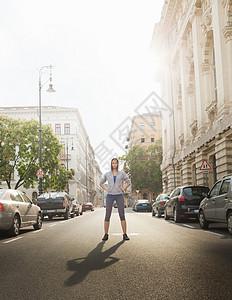 站在城市街道上的女人图片