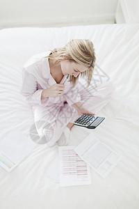 在床上工作的女人图片