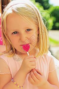 吃心形棒棒糖的女孩图片