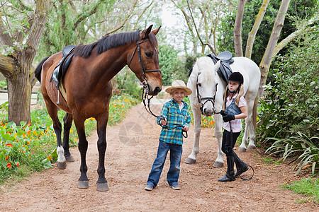 牵着马的孩子图片