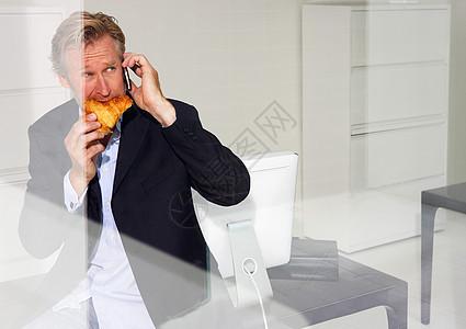 吃牛角面包的人图片