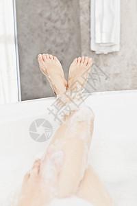 泡澡中的腿图片