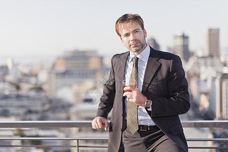 商人在屋顶喝酒图片