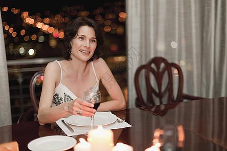 在家吃浪漫晚餐的女人图片