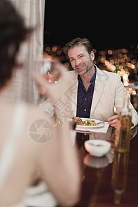 在家吃浪漫晚餐的夫妇图片
