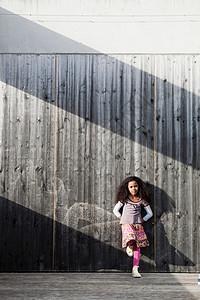 小女孩靠在墙上图片
