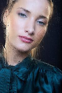 雨篷窗口的女人图片