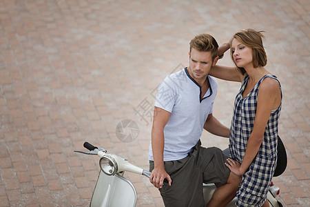 一对坐在踏板车上的情侣图片