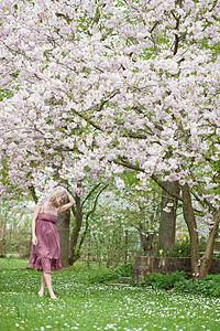 在花园里散步的女人图片