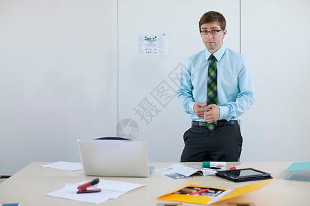 站在会议桌旁的商人图片