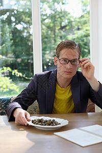 戴眼镜的年轻男性图片