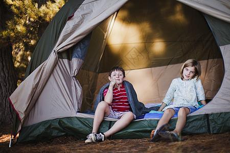 孩子们坐在营地的帐篷里图片