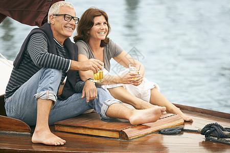 在船上喝酒的中年夫妇图片