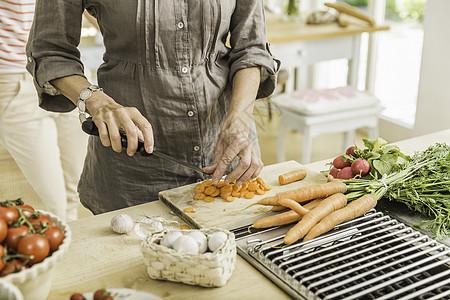 老太太在厨房准备新鲜蔬菜图片