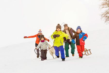 雪地里奔跑的家庭图片