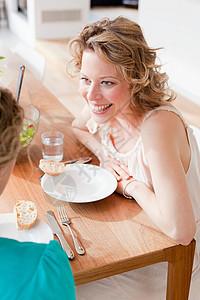 两个女人坐在桌子旁图片