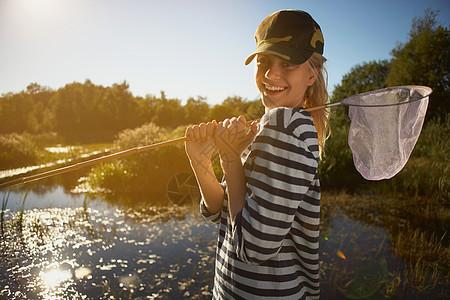池塘边的年轻女子图片