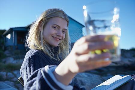 在码头上放松的年轻女子图片