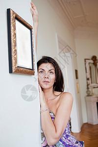 靠墙的女人图片
