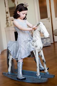 骑着摇摆木马的小女孩图片