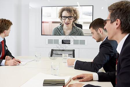 商人与妇女进行视频会议图片