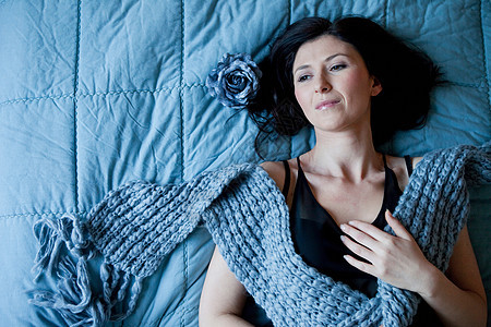 躺在床上的女人图片