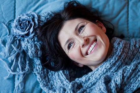 躺在床上微笑的女人图片