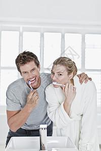 在浴室刷牙的夫妇图片