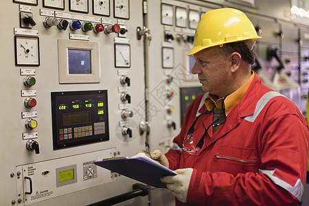 工人检查机械图片